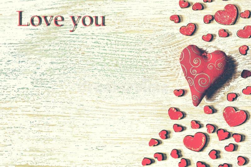 Día del ` s de la tarjeta del día de San Valentín del St, corazones rojos, postal, enhorabuena, woode imagen de archivo libre de regalías