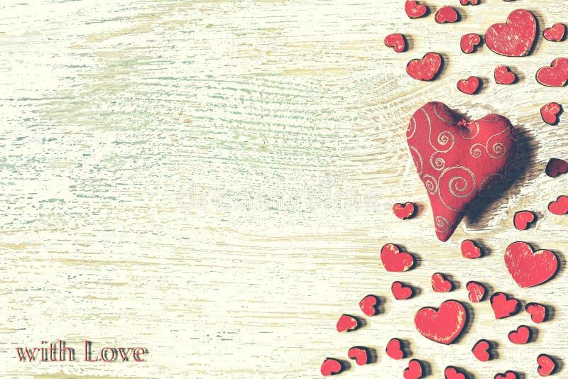 Día del ` s de la tarjeta del día de San Valentín del St, corazones rojos, postal, enhorabuena, woode imagenes de archivo