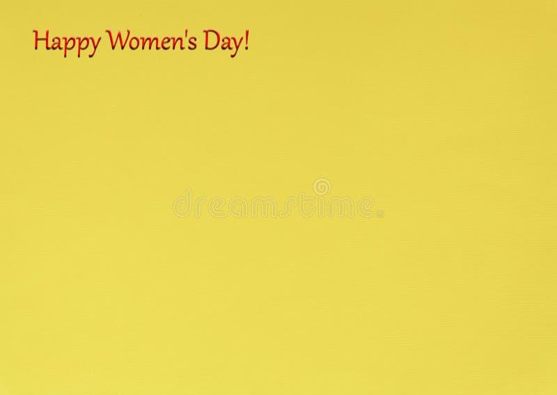 Día del ` s de las mujeres, el 8 de marzo, lema feliz del día del ` s de las mujeres, backgrou amarillo imagenes de archivo