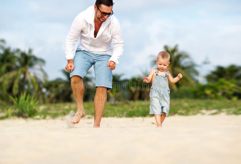 Día del `s del padre Hijo del papá y del bebé que juega junto al aire libre en un su foto de archivo libre de regalías