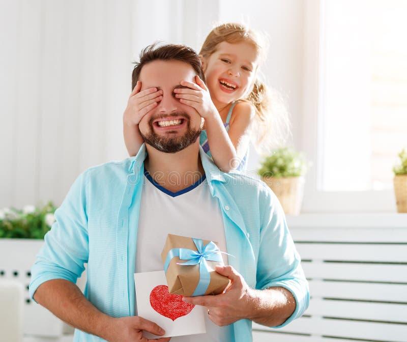 Día del `s del padre Hija feliz de la familia que abraza el papá y risas imagenes de archivo