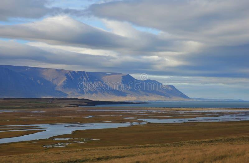Día del verano tardío cerca de Saudarkrokur, Islandia Paisaje costero fotos de archivo