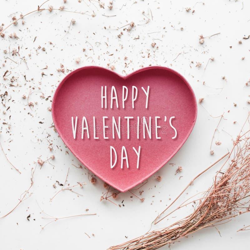 Día feliz de los valentine's en forma del corazón con la flor seca de la rama imágenes de archivo libres de regalías