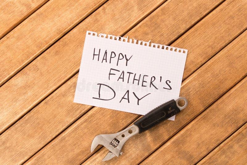 Día feliz del ` s del padre Llave ajustable en fondo de madera fotografía de archivo