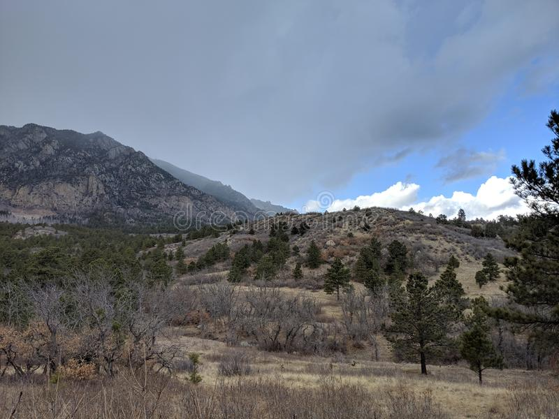 Día hermoso de la montaña con las nubes que vienen adentro foto de archivo