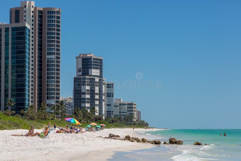 Día hermoso del cielo azul en la playa de Nápoles en la Florida foto de archivo libre de regalías