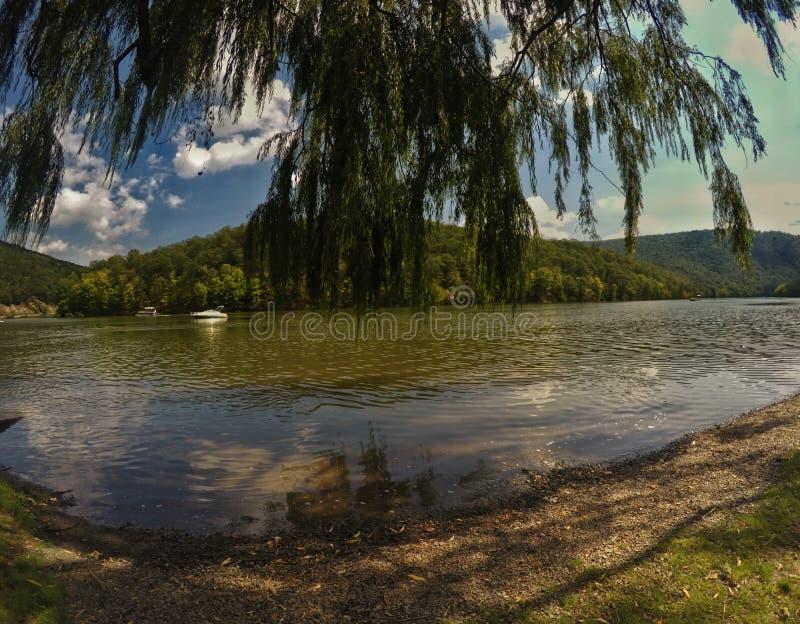 Día hermoso en el lago fotos de archivo libres de regalías