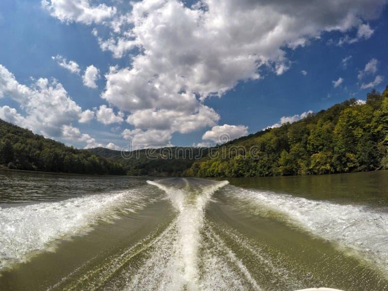 Día hermoso en el lago imagen de archivo