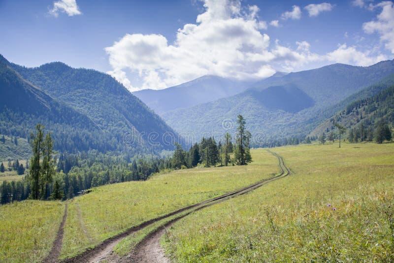 Día hermoso en las montañas fotos de archivo