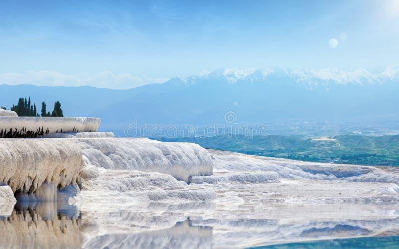 Día hermoso en Pamukkale blanco que sorprende, Turquía fotos de archivo libres de regalías