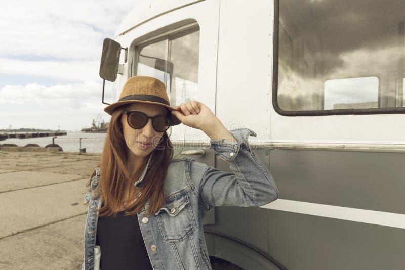 Día hermoso Mujer joven atractiva en el sombrero que hace una pausa el tra foto de archivo libre de regalías