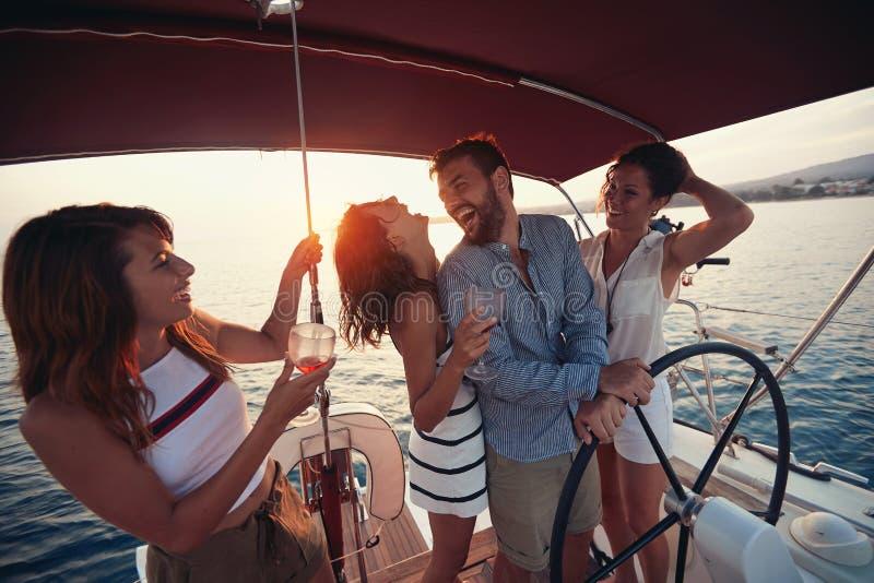Día hermoso para una travesía en el mar y partido con los amigos fotos de archivo
