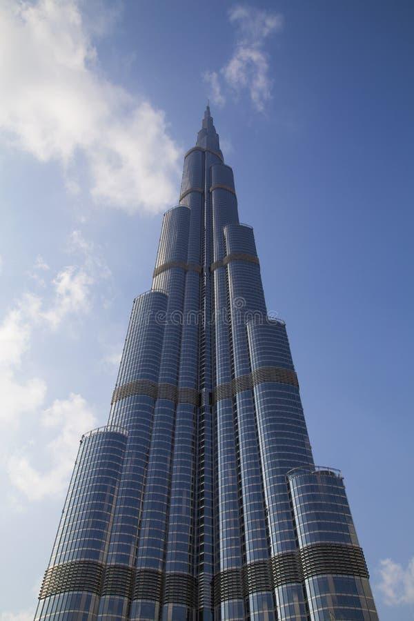 Día hermoso que pasa por alto el Burj Khalifa imagenes de archivo