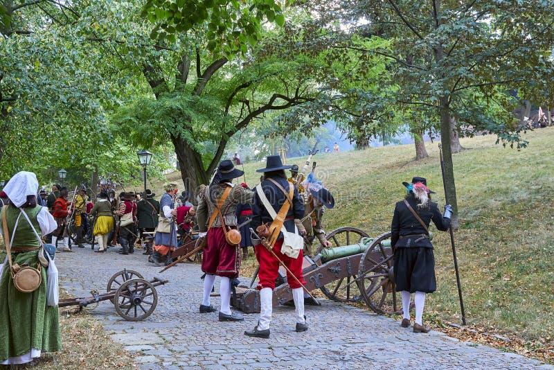 Día histórico de la reconstrucción de Brno Los actores en trajes históricos de la infantería preparan el cañón para atacar la pue fotos de archivo libres de regalías