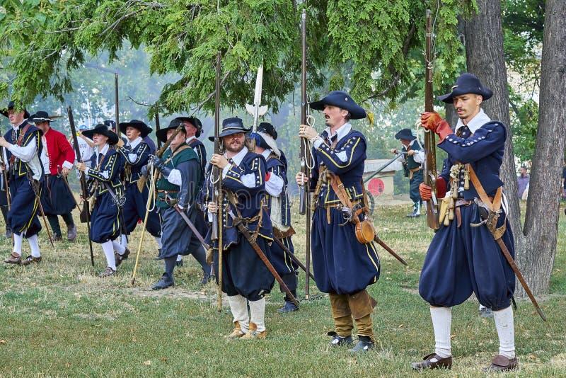 Día histórico de la reconstrucción de Brno Los actores en trajes históricos de la infantería recargan los mosquetes antes de nuev fotografía de archivo libre de regalías