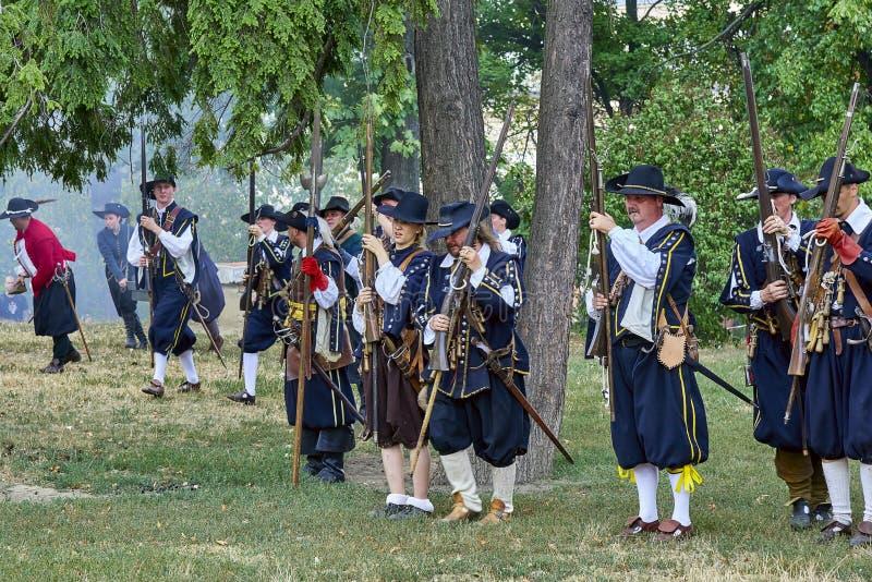 Día histórico de la reconstrucción de Brno Los actores en trajes históricos de la infantería recargan los mosquetes antes de nuev foto de archivo libre de regalías