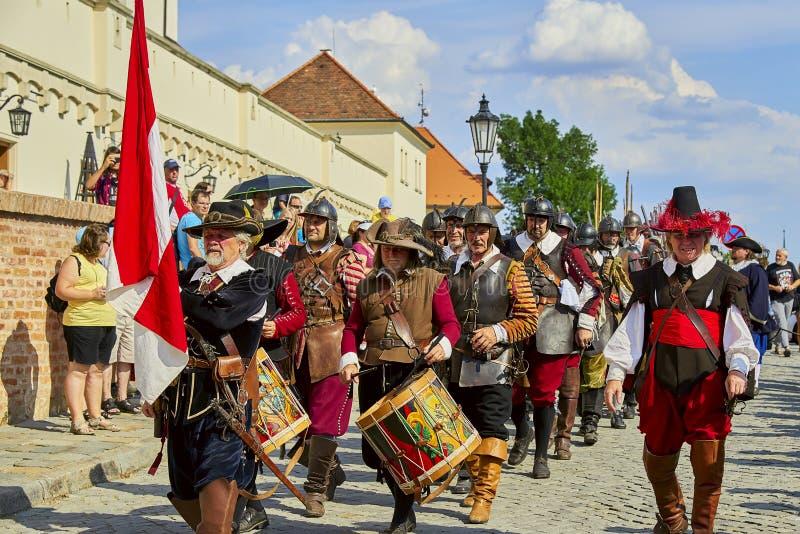 Día histórico de la reconstrucción de Brno Los soldados de infantería en trajes históricos con los mosquetes y la otra arma march fotos de archivo