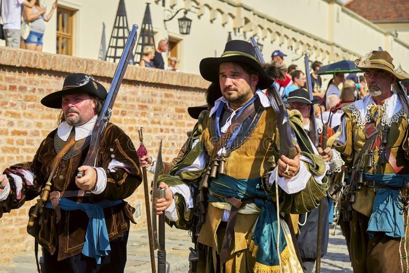 Día histórico de la reconstrucción de Brno Los soldados de infantería en trajes históricos con los mosquetes y la otra arma march imágenes de archivo libres de regalías