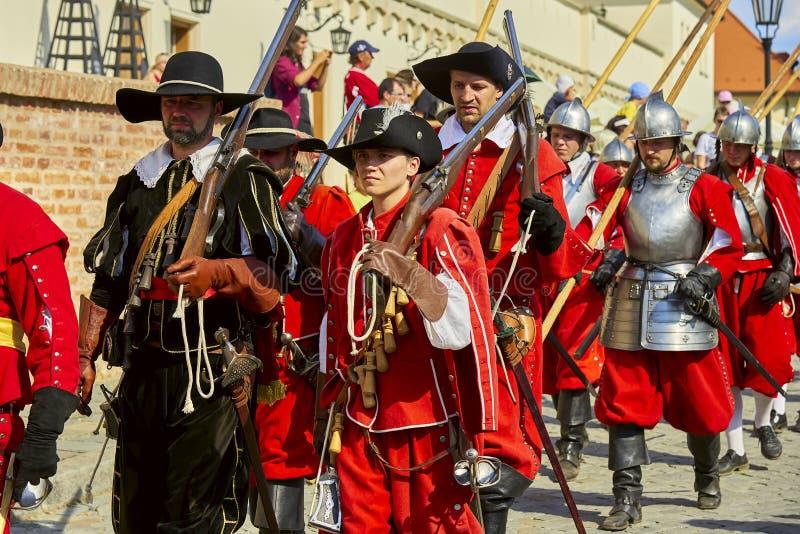 Día histórico de la reconstrucción de Brno Los soldados de infantería en trajes históricos con los mosquetes y la otra arma march imagenes de archivo