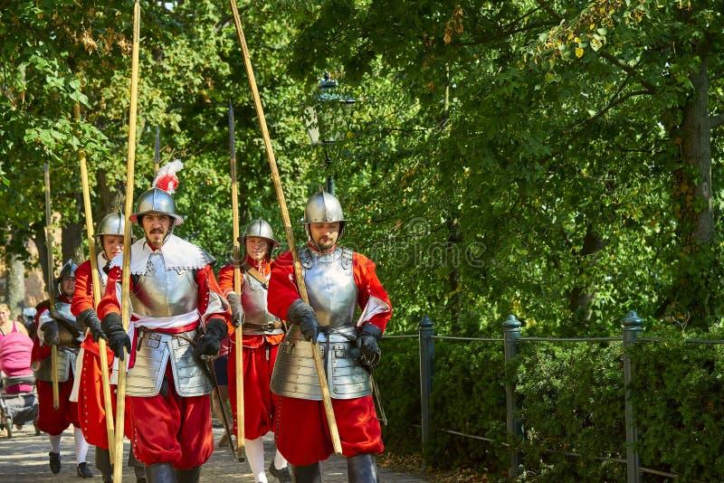 Día histórico de la reconstrucción de Brno Los soldados de infantería en trajes históricos marchan alrededor de la ciudad foto de archivo libre de regalías
