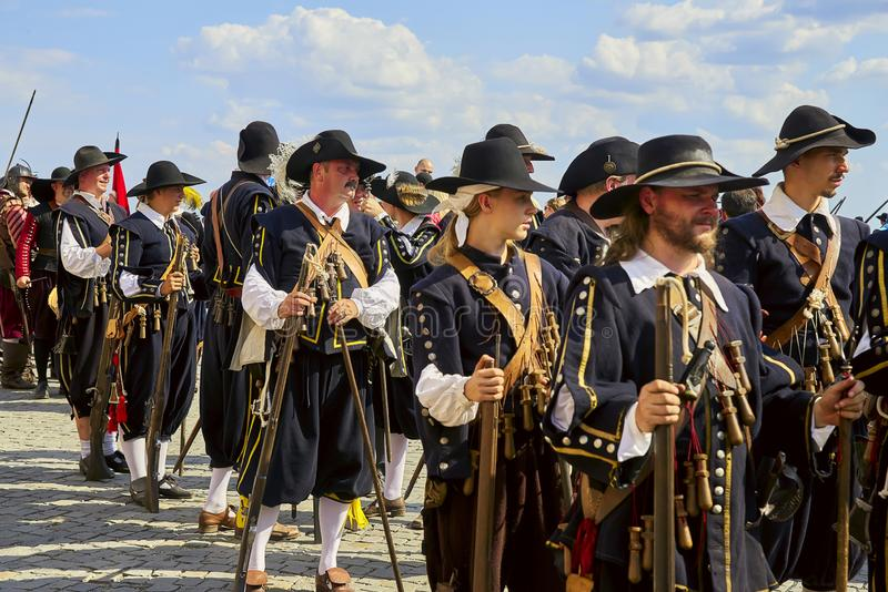Día histórico de la reconstrucción de Brno Los soldados de infantería en trajes históricos marchan alrededor de la ciudad fotografía de archivo