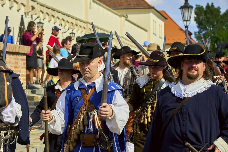 Día histórico de la reconstrucción de Brno Los soldados de infantería en trajes históricos marchan alrededor de la ciudad imagen de archivo libre de regalías
