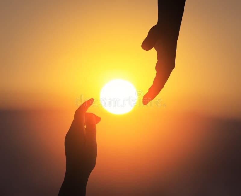 Día internacional de concepto de la amistad: silueta de la mano amiga imágenes de archivo libres de regalías