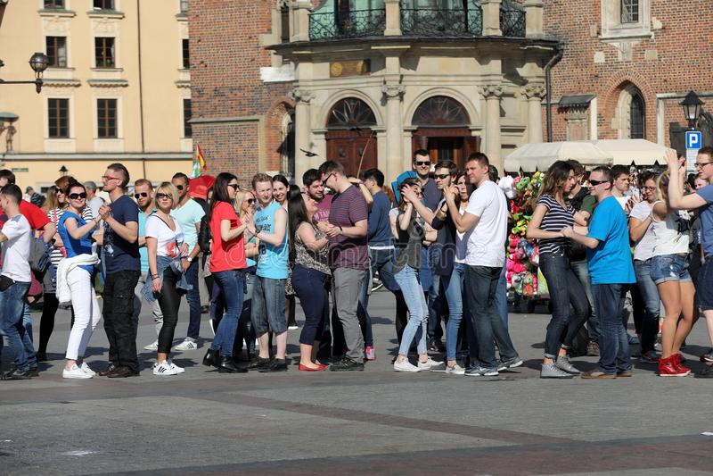 Día internacional de Flashmob de Rueda de Casino, 57 países, 160 ciudades Varios cientos de personas bailan ritmos hispánicos en  foto de archivo
