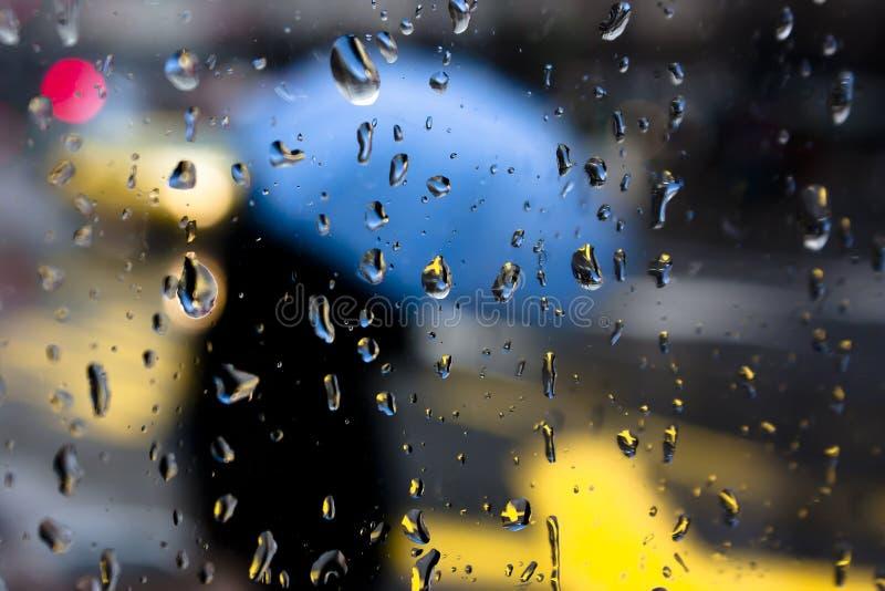 Día lluvioso abstracto borroso con las gotas de agua en ventana fotos de archivo