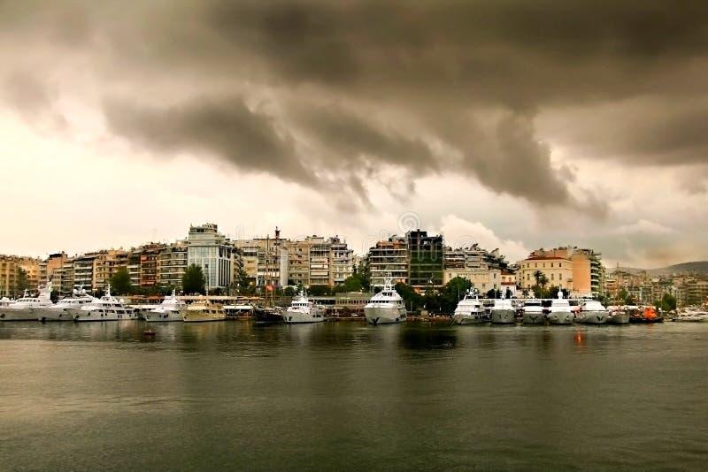 Día lluvioso con el cloudscape Yates de lujo en fila en el puerto deportivo Zeas fotos de archivo