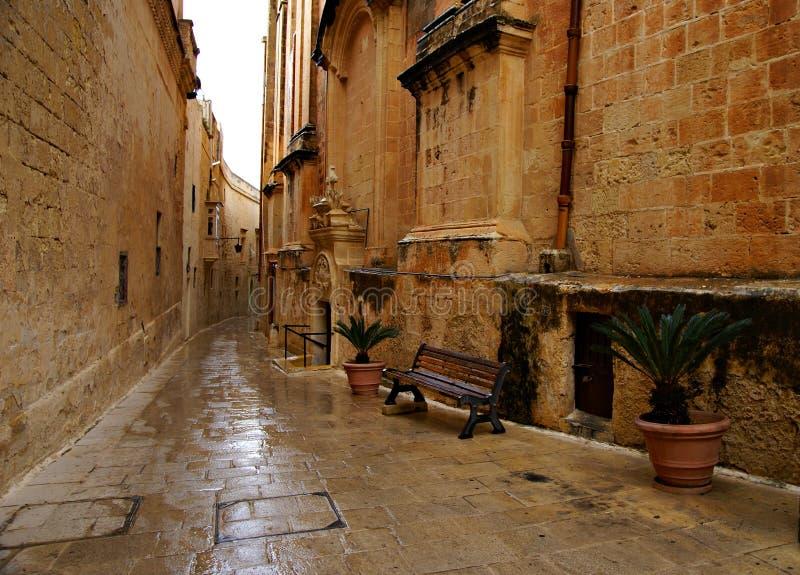 Día lluvioso en la calle estrecha vieja en Mdina - ciudad silenciosa imagen de archivo libre de regalías