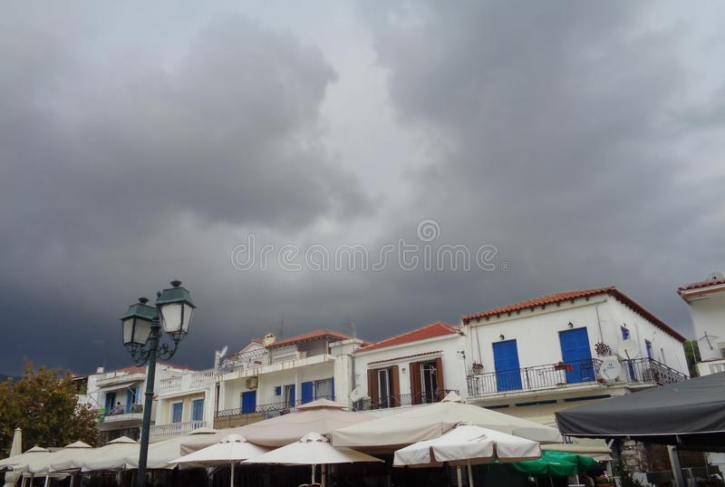 Día lluvioso en la isla de Skiathos, Grecia imagenes de archivo
