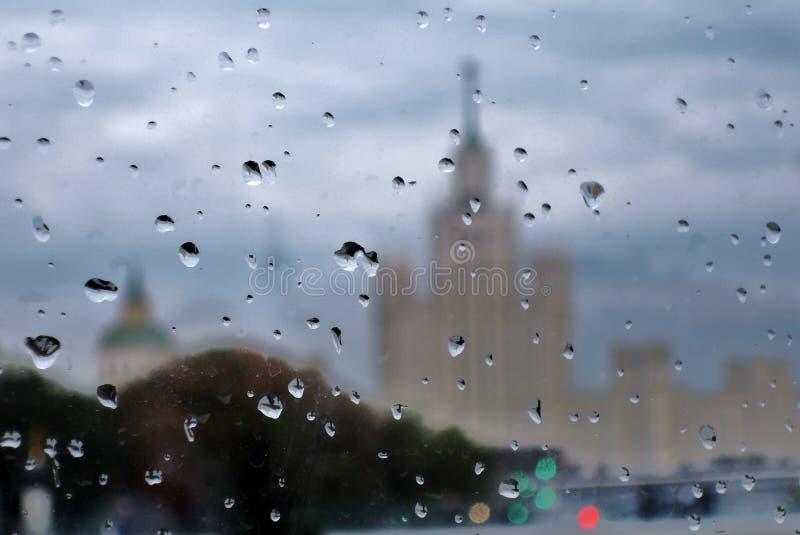 Día lluvioso en Moscú Las gotas de agua cubren el vidrio fotos de archivo