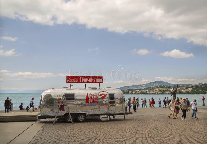 Día lluvioso en Motreaux Riviera en el lago geneva, con la estatua famosa de Freddy Mercury imagen de archivo