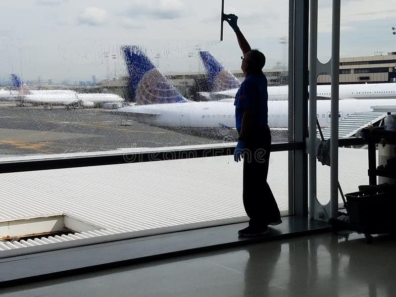 Día lluvioso y retrasos de vuelo - retrasos del tiempo del aeroplano fotografía de archivo libre de regalías