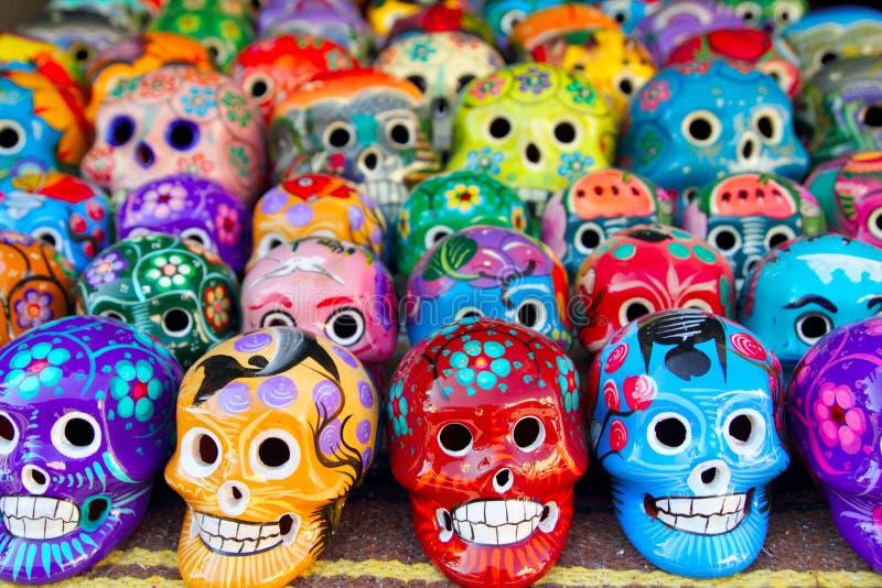 Día mexicano de los cráneos aztecas del colorido muerto imagenes de archivo