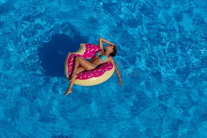 Día modelo moreno hispánico precioso de Enjoying The Summer en el Po imagen de archivo