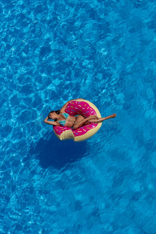 Día modelo moreno hispánico precioso de Enjoying The Summer en el Po imágenes de archivo libres de regalías