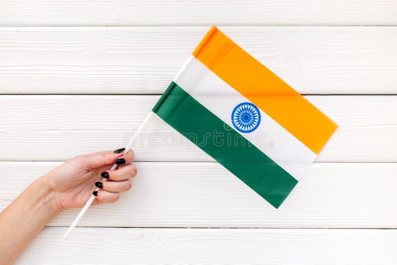 Día nacional de concepto de la India con la bandera a disposición en la opinión de top de madera blanca del fondo fotografía de archivo libre de regalías