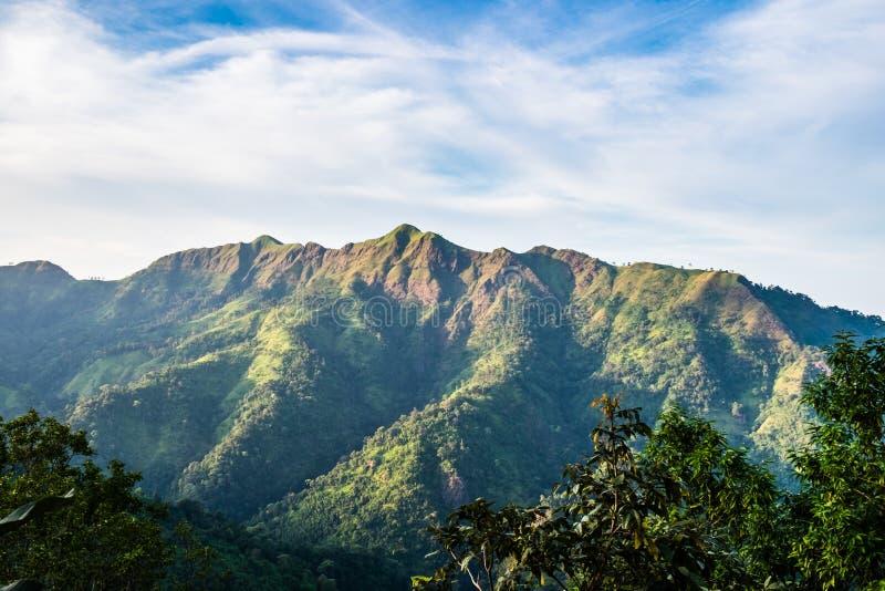 Día nublado de la montaña máxima escénica imagen de archivo libre de regalías