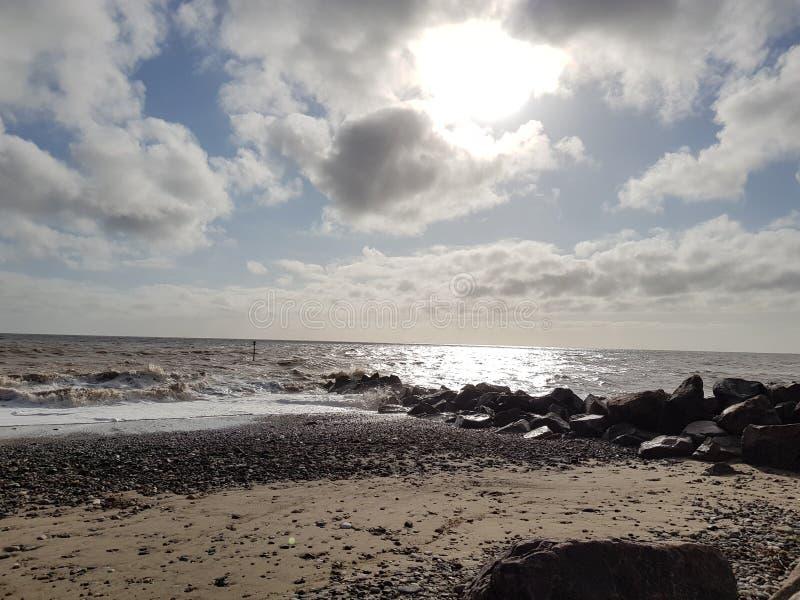 Día nublado en la playa fotos de archivo libres de regalías