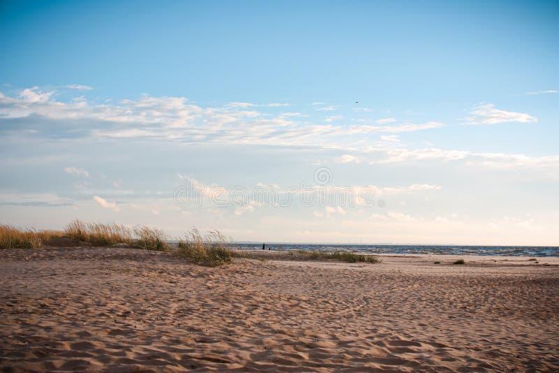 Día nublado en la playa fotos de archivo