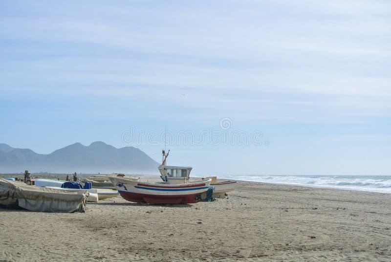 Día nublado en la playa sola fotografía de archivo libre de regalías