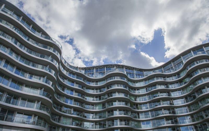 Día nublado en Londres - el puente de Battersea, edificio de cristal moderno imágenes de archivo libres de regalías