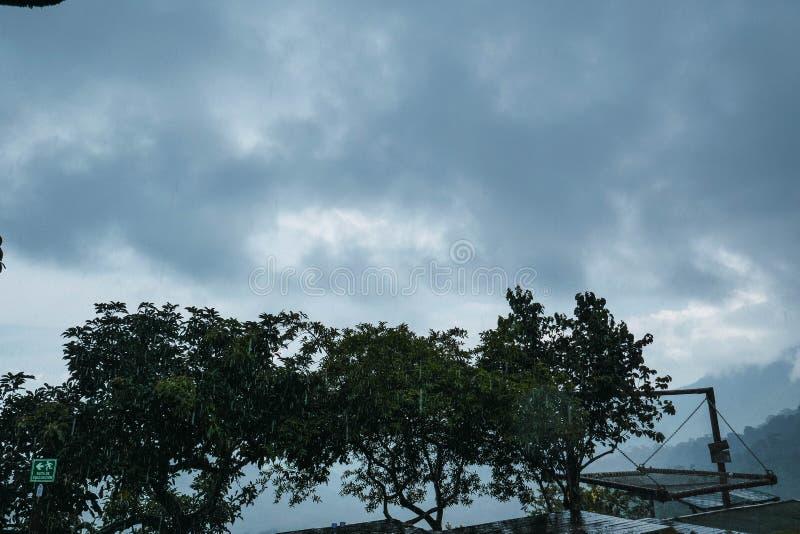 Día nublado entre las montañas imagen de archivo