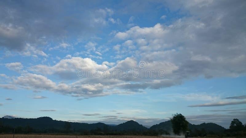 Día nublado feliz foto de archivo