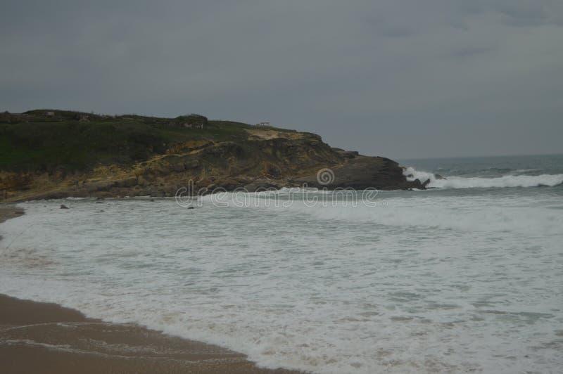 Día nublado maravilloso de Cliff On A en la playa grande en Colares Naturaleza, arquitectura, historia, fotograf?a de la calle 13 fotografía de archivo