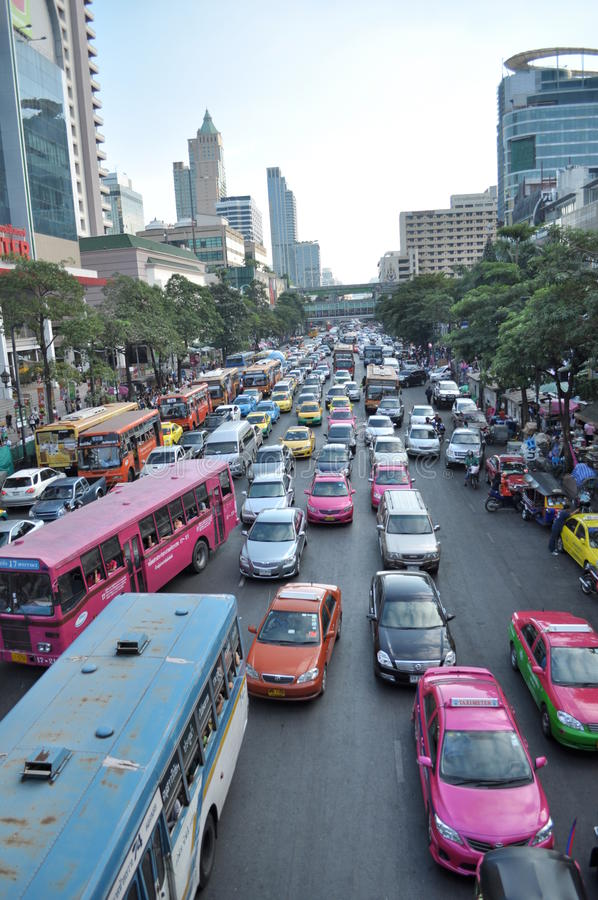 Día ocupado en la calle de Bangkok imagen de archivo