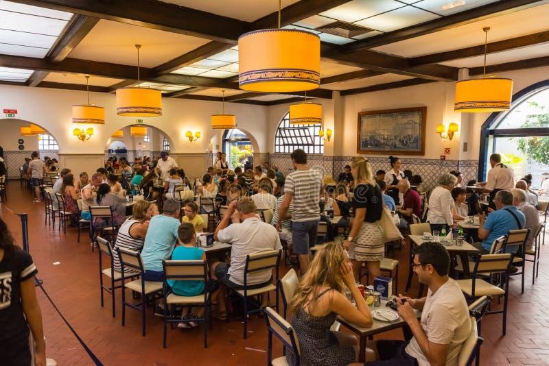 Día ocupado interior de Pasteis de Belem de pasteles del café de los clientes a imagen de archivo libre de regalías