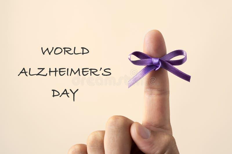 Día púrpura de los alzheimers del mundo de la cinta y del texto foto de archivo libre de regalías